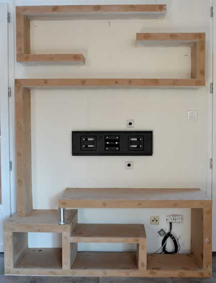 fabriquer un meuble tv en bois maison design. Black Bedroom Furniture Sets. Home Design Ideas